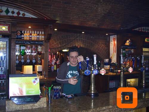 Professor Renato trabalhando no Pub em Londres